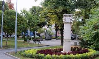 """Чистят площад """"22 септември"""" за Деня на Независимостта, пуснаха и чешмата"""